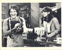 Robin Williams and Pam Dawber in Mork & Mindy LIMITED STOCK 8X10 Photo