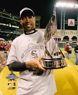 Jermaine Dye w/ MVP Trophy 2005 World Series LIMITED STOCK 8x10 Photo Game 4