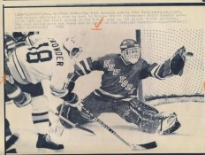 John Vanbiesbrouck Rangers Original Press Photo Laser Paper Stock Includes Newsclipping w/ Caption on Back Approx. 8.5x11