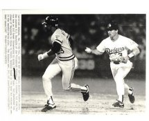 Steve Sax LA Dodgers Pursues RJ Reynolds Pittsburgh Pirates Original Press Photo / Wire Photo 8x10